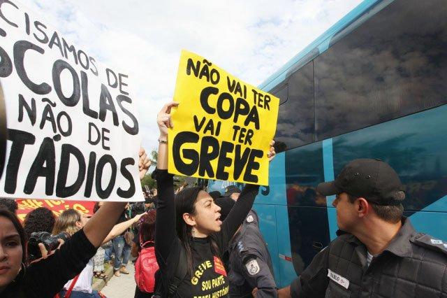 Uma manifestação de professores em greve da rede pública chegou até a porta do hotel da seleção brasileira